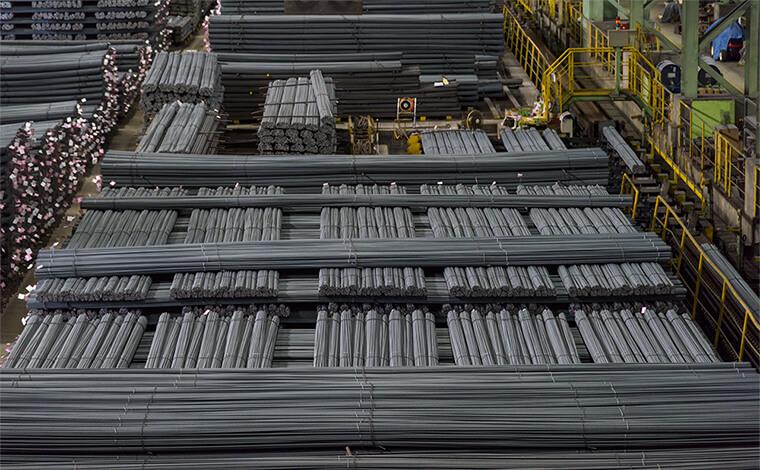 製品倉庫で出荷を待つ鉄筋